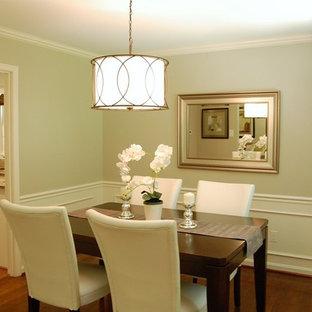 Idee per una piccola sala da pranzo classica chiusa con pareti grigie e pavimento in legno massello medio