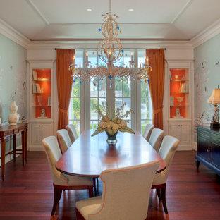 Ispirazione per una sala da pranzo tropicale con pareti multicolore e parquet scuro