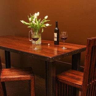 Idee per una sala da pranzo stile rurale chiusa e di medie dimensioni con pareti marroni, pavimento in linoleum, nessun camino e pavimento marrone