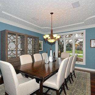 Ispirazione per una sala da pranzo chic chiusa con pareti blu e pavimento in legno massello medio
