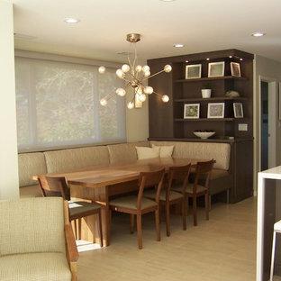Ejemplo de comedor de cocina contemporáneo con paredes beige