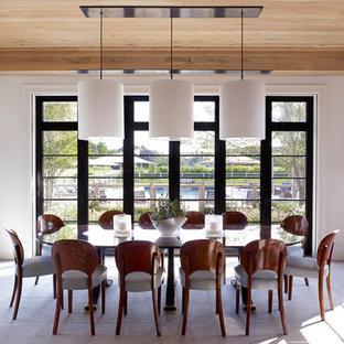 Modelo de comedor de estilo de casa de campo, grande, cerrado, sin chimenea, con paredes blancas, suelo de baldosas de porcelana y suelo beige
