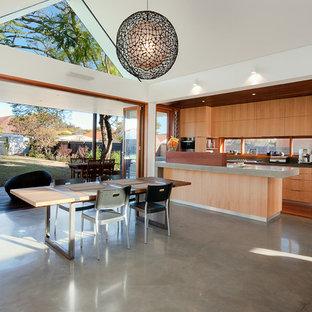 シドニーのコンテンポラリースタイルのおしゃれなダイニングキッチン (白い壁、コンクリートの床) の写真