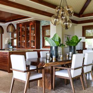 Ispirazione per una grande sala da pranzo aperta verso il soggiorno tropicale con pareti beige e pavimento in pietra calcarea