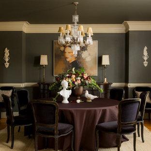 Immagine di una sala da pranzo tradizionale di medie dimensioni e chiusa con pavimento in legno massello medio e pareti nere