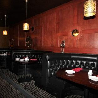 Foto de comedor bohemio con paredes metalizadas y moqueta
