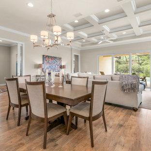 Inspiration för klassiska matplatser med öppen planlösning, med beige väggar, mellanmörkt trägolv och brunt golv