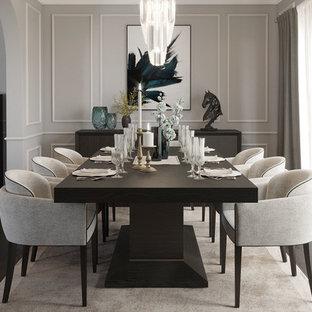 Idee per una sala da pranzo chic di medie dimensioni e chiusa con pareti grigie, pavimento in compensato e pavimento marrone