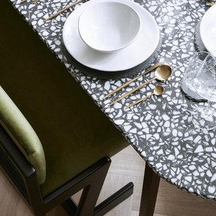 Immagine di una piccola sala da pranzo aperta verso il soggiorno minimal con pareti bianche, parquet chiaro, nessun camino e pavimento marrone