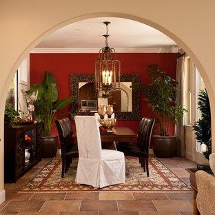 Idéer för mellanstora medelhavsstil separata matplatser, med beige väggar och skiffergolv