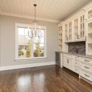 Immagine di una sala da pranzo aperta verso la cucina stile americano di medie dimensioni con pareti grigie, parquet scuro e nessun camino