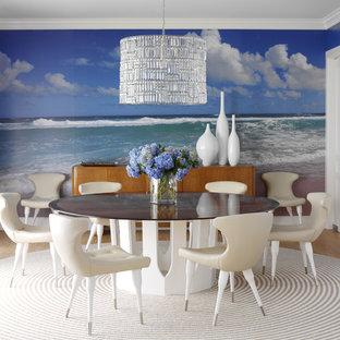Diseño de comedor bohemio con paredes multicolor, suelo de madera clara y suelo beige