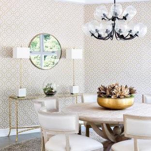 Foto di una sala da pranzo stile marino chiusa e di medie dimensioni con pareti multicolore, pavimento in legno massello medio, nessun camino e pavimento marrone