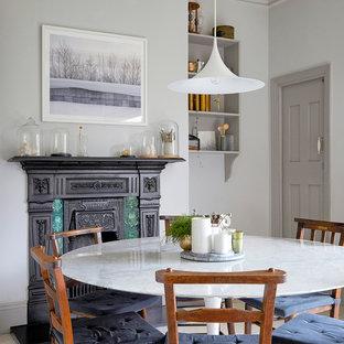 Неиссякаемый источник вдохновения для домашнего уюта: кухня-столовая среднего размера в викторианском стиле с серыми стенами, деревянным полом, камином, фасадом камина из металла и белым полом