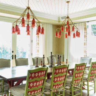 Esempio di un'ampia sala da pranzo classica chiusa con pareti gialle e parquet scuro