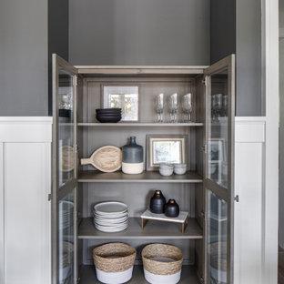 Idéer för en stor klassisk separat matplats, med grå väggar, ljust trägolv, brunt golv, en standard öppen spis och en spiselkrans i trä