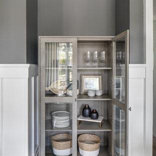 Inspiration för stora klassiska separata matplatser, med grå väggar, ljust trägolv, brunt golv, en standard öppen spis och en spiselkrans i trä