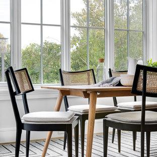 Mittelgroße Klassische Frühstücksecke mit hellem Holzboden, braunem Boden, Holzdielendecke und grauer Wandfarbe in Orange County