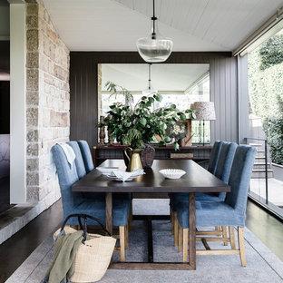Diseño de comedor clásico con paredes grises y suelo de madera oscura