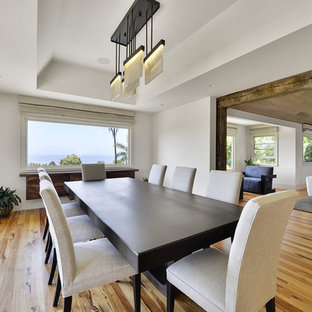 Exempel på ett stort modernt kök med matplats, med vita väggar, bambugolv och beiget golv