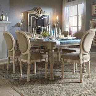 Idee per una sala da pranzo aperta verso il soggiorno tradizionale di medie dimensioni con pareti grigie, pavimento con piastrelle in ceramica, camino classico, cornice del camino in legno e pavimento beige
