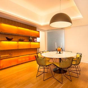 Идея дизайна: отдельная столовая в современном стиле с белыми стенами и паркетным полом среднего тона