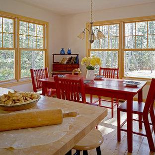 Modelo de comedor de cocina rústico con paredes blancas y suelo de madera en tonos medios