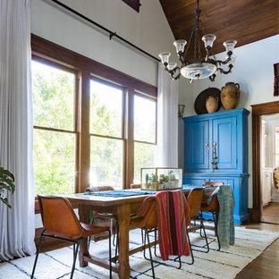 Idée de décoration pour une grande salle à manger sud-ouest américain fermée avec un mur blanc, un sol en bois foncé et un sol marron.