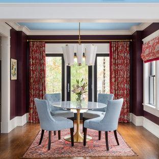 Réalisation d'une petit salle à manger ouverte sur le salon craftsman avec un mur violet, un sol en bois foncé et un sol marron.