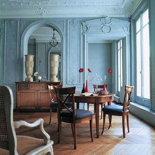 Ispirazione per una sala da pranzo chic con pareti blu e pavimento in legno massello medio