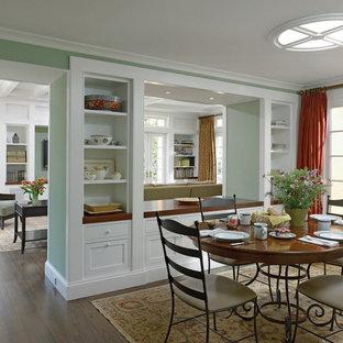 Inspiration för en vintage matplats, med gröna väggar, mörkt trägolv och brunt golv