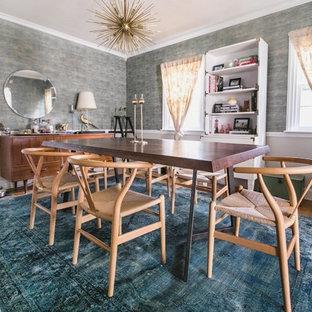 Idee per una sala da pranzo moderna di medie dimensioni e chiusa con pareti blu, parquet chiaro, nessun camino e pavimento marrone