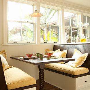 Große Tropenstil Wohnküche ohne Kamin mit braunem Boden, weißer Wandfarbe und dunklem Holzboden in San Francisco