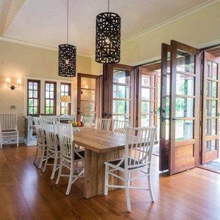 Großes Kolonialstil Esszimmer mit beiger Wandfarbe, braunem Holzboden und braunem Boden in Hawaii