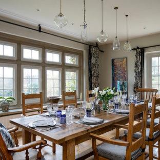 Aménagement d'une salle à manger campagne de taille moyenne avec un mur beige et un sol beige.