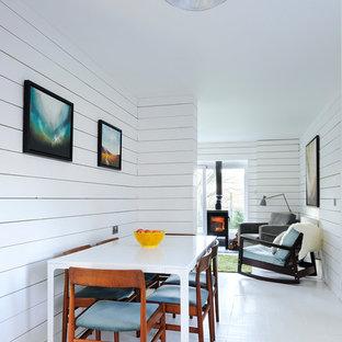 Idées déco pour une petite salle à manger scandinave avec un mur blanc et un sol blanc.
