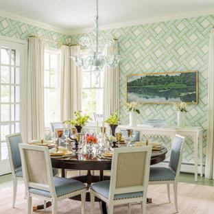Foto di una sala da pranzo stile marinaro con pavimento in legno verniciato, pareti multicolore, nessun camino e pavimento verde