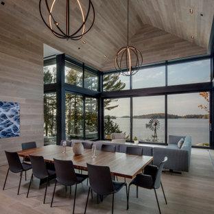 Bild på en funkis matplats med öppen planlösning, med beige väggar, ljust trägolv och beiget golv
