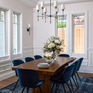 Esempio di una sala da pranzo classica chiusa con pareti bianche, pavimento marrone, soffitto in carta da parati, boiserie e parquet chiaro