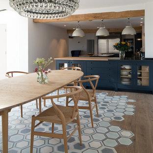 Imagen de comedor contemporáneo con suelo azul