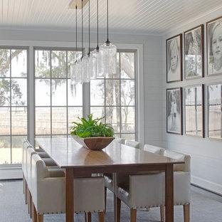 Стильный дизайн: большая отдельная столовая в стиле современная классика с серыми стенами, ковровым покрытием и серым полом без камина - последний тренд