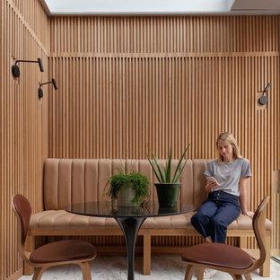 Modern inredning av en mellanstor matplats, med bruna väggar och grått golv