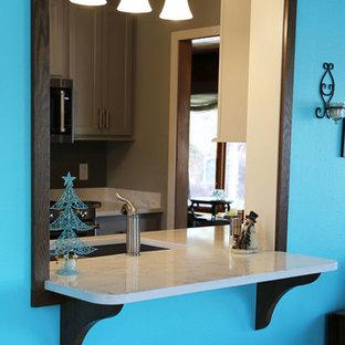Ispirazione per una sala da pranzo aperta verso la cucina minimalista di medie dimensioni con pavimento in laminato