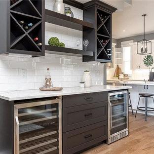 Пример оригинального дизайна интерьера: кухня-столовая среднего размера в стиле современная классика с серыми стенами, паркетным полом среднего тона, двусторонним камином и фасадом камина из штукатурки