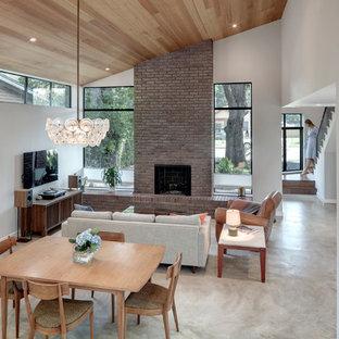 Idéer för mellanstora funkis kök med matplatser, med vita väggar, betonggolv, en standard öppen spis, en spiselkrans i tegelsten och grått golv