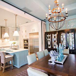 Große Tropische Wohnküche ohne Kamin mit blauer Wandfarbe, braunem Holzboden und braunem Boden in Jacksonville