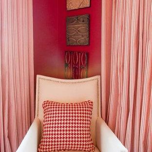 Foto di una sala da pranzo tradizionale chiusa e di medie dimensioni con pareti rosse e pavimento in legno massello medio