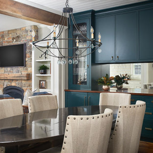 Modelo de comedor de cocina marinero, pequeño, con paredes beige, suelo de madera en tonos medios y suelo gris