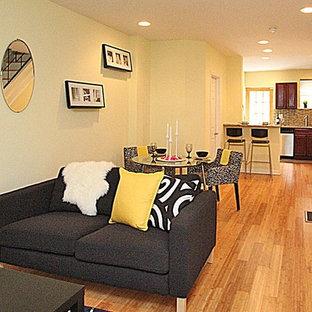 Foto di una piccola sala da pranzo minimal con pareti gialle, parquet chiaro e nessun camino
