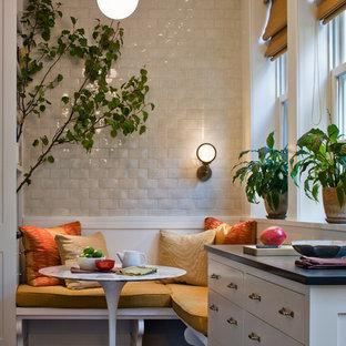 Foto di una sala da pranzo aperta verso la cucina tradizionale